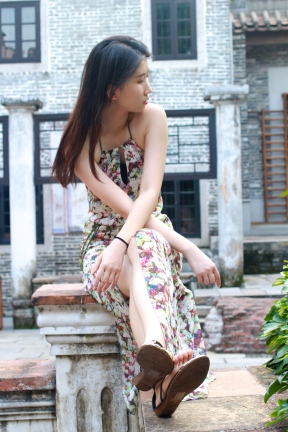 Floral dress from GUESS and sandals from VD. (@Fashionmimo)