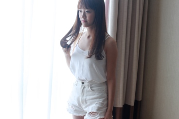 Pure white top and shorts. (@Fashionmimo)