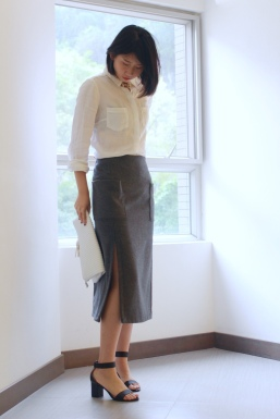 Shirt from M&S, pencil skirt from ZARA. Heeled sandals and clutch are from MOUSSY. (@Fashionmimo)