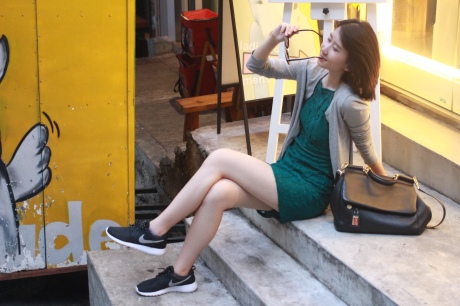 Cardigan from Uniqlo, Dress from Topshop, Sneakers from Nike Air and bag from Dolce&Gabbana(@Fashionmimo)